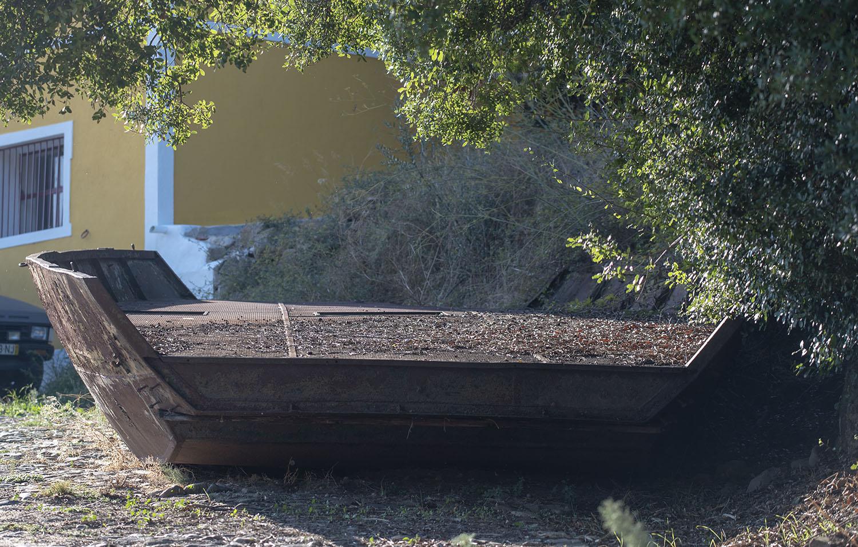 A antiga barca arrastada pelo Tejo para um encosta
